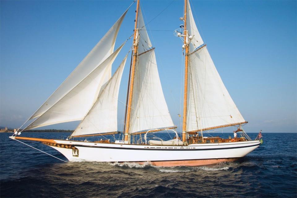 Salling yacht Thuraya